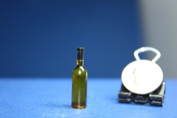 "#637GT 1"" Scale Green Bl wine bottle with black lid - Click Image to Close"